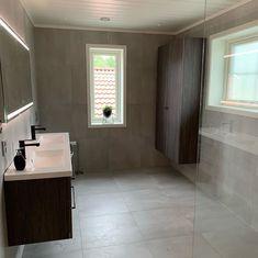 30 Quick and Easy Bathroom Decorating Ideas Guest Bathroom Remodel, Guest Bathrooms, Bathroom Bath, White Bathroom, Modern Bathroom, Small Bathroom, Bathroom Shelf Decor, Rustic Bathroom Shelves, Beach Theme Bathroom