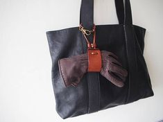 A unique leather glove holder. Keep together your gloves, you will never lose one of them! This glove holder fits for any material/size of gloves. You can hang to your handbags/backpacks. Able to use as a hat holder. - 100% Vegetable tanned leather - Hand stitched with waxed thread - Edges