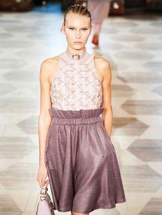 """Fashion Week Berlin: Die Schau von Jung-Designerin Marina Hoermanseder im Kronprinzenpalaiswar eins der Highlights. Gezeigt wurden viele Pieces in den Pantone Trendfarben 2016 - """"Serenity"""" und """"Rose Quarz."""