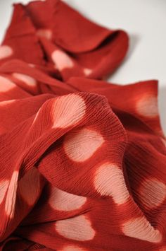 Itajime shibori scarf from Yamashiro, Kyoto. Natural Dye Fabric, Shibori Techniques, Polka Dot Scarf, Fibre And Fabric, Japanese Textiles, Japanese Embroidery, Fabric Manipulation, How To Dye Fabric, Tie Dye