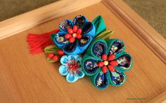 Beautiful blue-green flowers hair comb with the red tassel. Fabric - chirimen rayon. Size: total width - 14 cm; total length - 17 cm; hair comb width - 6,5 cm. Please keep away from direct contact with water.