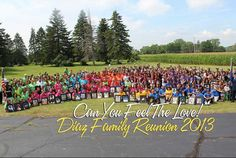If its a big group, this picture looks kinda cool where each family chooses a colour of tshirt to wear. I like this but I think I like the all black shirts better? All In The Family, Family Is Everything, Large Family Pictures, Family Photos, Family Reunion Shirts, Family Reunions, Spencer Family, Family Get Together, Foster Family