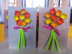Thema 'Moederdag': Kaart met boeketje bloemen van eierkarton