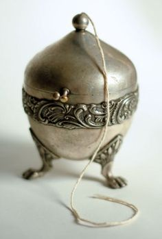 Footed Twine Holder The original is 110 years old and paid service to a thousand household projects and bundled parcels. i LOVE twine. Vintage Love, Vintage Beauty, Vintage Silver, Antique Silver, Vintage Sewing Notions, Vintage Sewing Machines, Tarnished Silver, Yarn Bowl, Or Antique