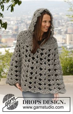 "Poncho DROPS con cappuccio, all�uncinetto, in ""Polaris"". Taglie: dalla S alla XXXL."