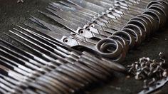 La Ernest Wright & Sons a Sheffield in Inghilterra è una delle ultimissime fabbriche al mondo che ancora produce forbici a mano: vedere come vengono realizzate e la cura con cui vengono rifinite è davvero poetico. -- http://leganerd.com/2014/07/03/the-putter/