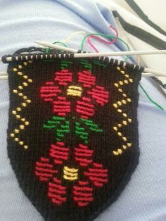 This Pin was discovered by Nur Pot Holders, Eminem, Diy And Crafts, Slippers, Crochet, Fat, Espadrilles, Crochet Throw Pattern, Patterns