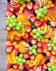 You can never go wrong with a healthy and colorful fruit platter. Gorging on summer fruit before the season is over. Charcuterie Recipes, Charcuterie And Cheese Board, Party Food Platters, Party Trays, Party Fruit Platter, Colorful Fruit, Fresh Fruit, Healthy Fruits, Fruits And Veggies