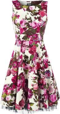 Kleid von H&R London:  - Zierschleife im Taillenbereich - Unterrock mit Tüll - Allover Blumendruck - seitlicher Reißverschluss  Du bist auch total verzaubert von dem eleganten und süßen Style der weltberühmten Audrey Hepburn? Wenn du auch etwas von ihrem Ruhm abhaben möchtest, solltest du dich in das mittellange Kleid Audrey 50's hüllen. Das süße Kleid stammt aus dem Hause HR London und wird von tausenden Rosen geziert.