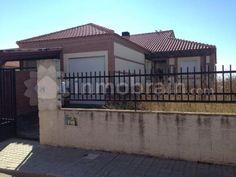 Chalet independiente en Villamiel de Toledo  con 3 habitaciones, 2 baños completos, salón comedor, cocina independiente y garaje. Deck, Outdoor Decor, Home Decor, Shopping, Garage, Real Estate, Chalets, Banks, Cooking