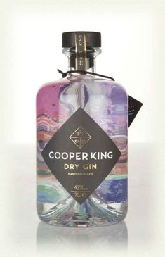 Those wonderful folks at the Cooper King have created a classic, juniper-led dry gin in micro-batches using its brand new 10 and 5 litre stills. Alcohol Bottles, Liquor Bottles, Perfume Bottles, Label Design, Packaging Design, Graphic Design, London Gin, Premium Gin, Gin Distillery