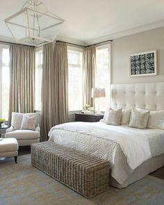 rideaux occultants de culeur beige, chambre à coucher murs beiges, lustre en verre