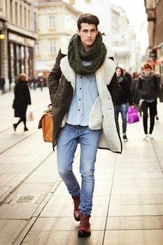 Erwägen Sie das Tragen von einer dunkelbraunen Lammfelljacke und hellblauen Jeans für einen bequemen Alltags-Look. Heben Sie dieses Ensemble mit einer dunkelroten Lederfreizeitstiefeln hervor.