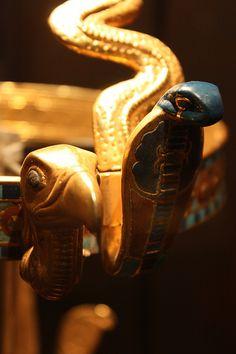 close up of Tutankhamuns diadam