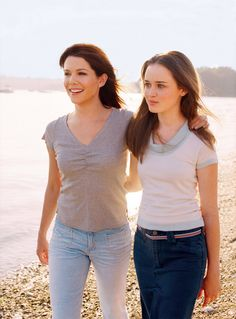 Gilmore Girls TV Series starring Lauren Graham as Lorelai and Alexis Bledel as Rory - dvdbash Estilo Rory Gilmore, Rory Gilmore Style, Lorelai Gilmore, Lauren Graham, Alexis Bledel, Keiko Agena, Scott Patterson, Milo Ventimiglia, Stars Hollow