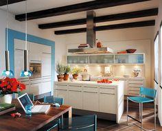 Küche mit in die Wand eingelassenen Geräten