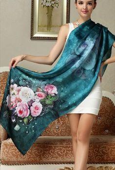 Elegantný dámsky hodvábny šál kvetinovým motívom v modrej farbe