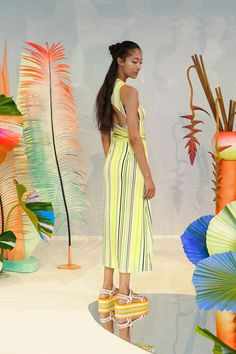 Tanya Taylor Spring 2020 Ready-to-Wear Fashion Show Collection: See the complete Tanya Taylor Spring 2020 Ready-to-Wear collection. Look 8 Vogue Paris, Haute Couture Looks, Flower Installation, Plant Art, Arte Floral, Fashion Show Collection, Faux Flowers, Mannequins, Fashion 2020