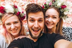 Flowerboy and flowergirls are having fun Handmade Flowers, Flower Crown, Have Fun, Workshop, Couple Photos, Couples, Fashion, Crown Flower, Couple Shots