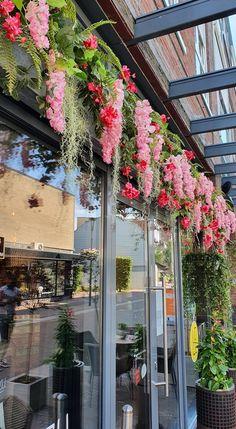 De horeca mag zijn deuren weer openen! Vandaag hebben we de gevel van Restaurant Le Yuzu in Asten mogen aankleden in een kleurrijke, zomerse sfeer. www.decoratiestyling.nl