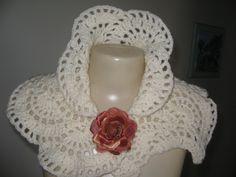 Esta peça é confeccionada em crochê com fio de ótima qualidade, antialérgica, pode ser usada de várias formas, com broche , flor em crochê ou outros.  A flor da foto é meramente ilustrativa.  O tempo de confecção é de 08 dias após