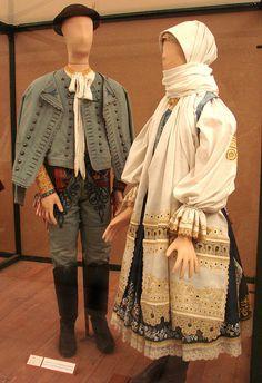 Costumes traditionnels slovaques (Hongrie)    Costumes traditionnels slovaques, vers 1850-1890, Krakovany, NyitraCostumes du musée d'ethnographie de Budapest