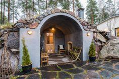 ulkona sijaitsevasta savusaunasta kävellä suoraan uima-altaalle Sky Blue Paint, Sweat Lodge, Outdoor Bathtub, Spa Tub, Garden Whimsy, Tiny Cabins, Cottage Plan, Earth Homes, Saunas