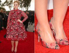 Adoramos os looks pretinhos de Adele, mas amamos ainda mais que ela surpreendeu com o vestido floral vermelho da Valentino Couture! O sapato também tem a mesma estampa delicada. Conjuntinho!