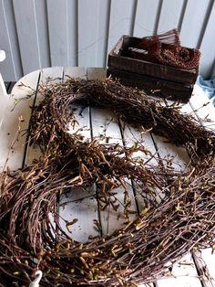 Stort hjerte av hengebjørk – fleurs Grapevine Wreath, Grape Vines, Diy And Crafts, Valentines Day, Wreaths, Gardening, Home Decor, Flower Crafts, Natural Materials