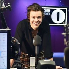 How does one make a picture look like a photoshoot when it wasn't even one to begin with? Right, only if you're Harry Styles. Anne Cox, Holmes Chapel, Bbc Radio 1, Family Show, Harry Edward Styles, My Collection, Favorite Person, Zayn, Bands