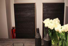 Die italienische Marke Riva 1920 spielt mit den Flammen. Denn bei der Oberflächenbehandlung ihrer Möbel kommen nicht nur natürliche Öle zum Einsatz, sondern auch Feuer. Bereits in der Antike wurde die Methode des Verkohlens verwendet, um Holz zu konservieren. Besonders beliebt ist dieses Verfahren auch in Japan, wo es den Namen Yakisugi trägt. Übersetzt bedeutet […]