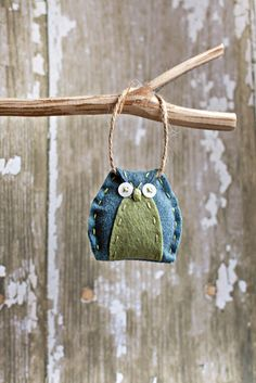 primitive felt owl - would be cool to decorate autumn craft stall hung from beach washed wood :) Felt Owls, Felt Birds, Felt Animals, Baby Animals, Owl Crafts, Holiday Crafts, Fabric Crafts, Sewing Crafts, Felt Christmas Ornaments