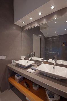 Salle de bains avec spots encastrés au plafond Spot Plafond, Spots, Amazing Bathrooms, Bathroom Lighting, Sink, Sweet Home, Mirror, Design, Inspiration