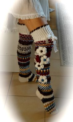 Hyvää myöhäis iltaa!    Mies tuolla katselee elokuvaa ja minulla on aikaa tehdä omiani -vaikkapa pos... Crochet Socks Pattern, Crochet Boot Cuffs, Crochet Leg Warmers, Crochet Boots, Knitting Socks, Knit Crochet, Crochet Patterns, Comfy Socks, Sexy Socks