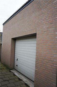 De garage is voorzien van een garagedeur die aan het brandpad grenst. Ideaal om uw motor of aanhanger in de schuur te plaatsen.