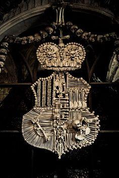Escudo de armas hecho por huesos humanos. GLUPS