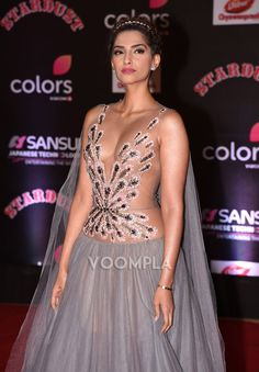 Sonam Kapoor flaunts her sexy cleavage in tight gown