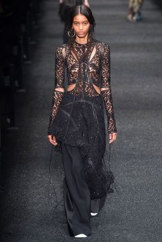 Alexander McQueen Fall 2017 Ready-to-Wear Collection Photos - Vogue Amazing dentelle Fashion Week Paris, Fashion 2017, Runway Fashion, High Fashion, Fashion Check, Vogue Fashion, Alexander Mcqueen 2017, Alexandre Mcqueen, Alexandre Vauthier