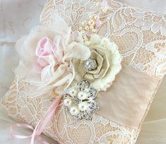 Ring Bearer Kissen - Hochzeits Kissen in Champagner, nackt, Blush Pink und Elfenbein mit Schnürung, Brosche, Schmuck und Perlen - Vintage Passion