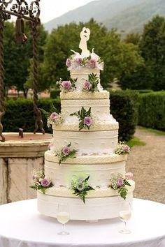 Torta nuziale in stile alzata americana. Guarda altre immagini di torte nuziali: http://www.matrimonio.it/collezioni/torte_nuziali/5__cat