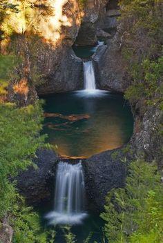 """Parque Nacional Radal Siete Tazas, es un área natural protegida ubicada en la Región del Maule (Chile), 100 km al noreste de Talca y 55 km al noreste de Molina. Fue creada en 1981 como """"Área de Protección turística"""", y el 14 de octubre de 2008 fue declarada Parque Nacional. Es administrada por CONAF, y está abierto todo el año, sin embargo la principal época de visita es el período estival, entre los meses de diciembre a marzo."""