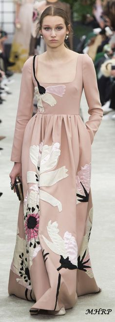 Valentino Fall 2018_vogue.com/fashion-show Fashion 2018, High Fashion, Fashion Outfits, Womens Fashion, Runway Fashion, Winter Fashion, Flower Fashion, Fashion Details, Fashion Design
