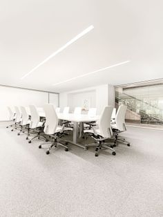 Livello meeting tables are ideal for sit-to-stand collaboration, promoting user comfort by encouraging movement and a neutral back posture while standing. Linear Lighting, Lighting System, Sit To Stand, System Furniture, Meeting Table, Executive Office, Offices, Workplace, Showroom