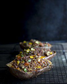 Sweet potato skins filled with quinoa and vegetables. http://www.jotainmaukasta.fi/2016/01/04/kvinoataytteiset-bataatit/