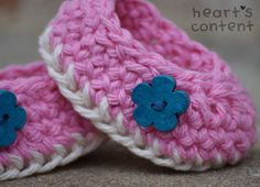 Adorable pink baby booties / baby shoes adorned with turquoise flower wood buttons. A super cute baby gift ☺ For off use promo code Crochet Slipper Pattern, Crochet Slippers, Crochet Patterns, Crochet Buttons, Cotton Crochet, Knit Crochet, Cute Baby Gifts, Turquoise Flowers, Baby Slippers