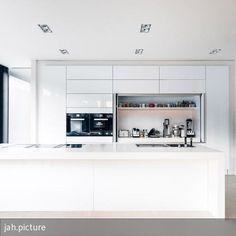 Die offene Küche wurde individuell für dieses Haus entworfen. Der Downdraft-Dunstabzug von BORA wurde in den Kochblock integriert, um die offene Raumwirkung…