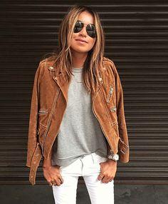 Look de Julie Sariñana com t-shirt cinza + jaqueta marrom de suede.