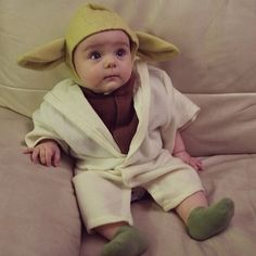 Jedi Master Natali's first Halloween costume - proud moment for her nerd parents :-D (not my baby in pic lol) Yoda Halloween Costume, Baby Yoda Costume, Cute Baby Costumes, Toddler Costumes, Family Costumes, Halloween Kids, Ewok Costume, Premier Halloween, Costume Star Wars