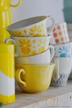 Vadelmia ja Pioneja Cute Coffee Mugs, Cool Mugs, Coffee Cups, Lakeside Cottage, Nordic Living, Vintage Cups, Displaying Collections, Live Long, Mug Designs