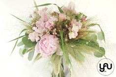 Buchet mireasa ROZ - bujiri lathyrus grau | YaU BLOG Wedding Bouquets, Floral Design, Floral Wreath, Wreaths, Contemporary, Artist, Floral Crown, Wedding Brooch Bouquets, Door Wreaths